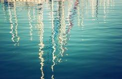 Reflexión en barcos del agua imagen filtrada vintage imagen de archivo