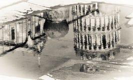 Reflexión en blanco y negro de la torre inclinada en Pisa y catedral Imagen de archivo