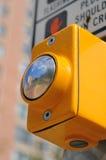 Reflexión en botón del paso de peatones Fotografía de archivo