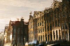 Reflexión en el agua de casas tradicionales en Amsterdam abstraiga el fondo blur Fotografía de archivo libre de regalías