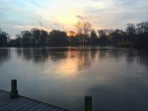 Reflexión en el agua en salida del sol del invierno Imágenes de archivo libres de regalías