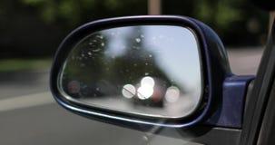Reflexión en el coche a través de un espejo de la vista lateral almacen de metraje de vídeo
