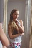 Reflexión en el espejo del adolescente Fotos de archivo