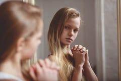 Reflexión en el espejo del adolescente Imágenes de archivo libres de regalías