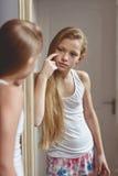 Reflexión en el espejo del adolescente Foto de archivo