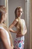 Reflexión en el espejo del adolescente Imagen de archivo libre de regalías