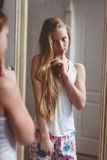 Reflexión en el espejo del adolescente Imagen de archivo