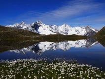 Reflexión en el lago Fenetre en Suiza Imagenes de archivo