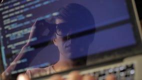 Reflexión en el monitor El programador trabaja en el ordenador Exposición doble almacen de metraje de vídeo