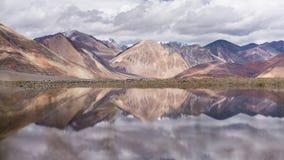 Reflexión en la superficie del agua de la cordillera Fotos de archivo