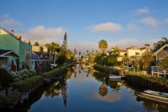 Reflexión en los canales en la playa de Venecia Imágenes de archivo libres de regalías