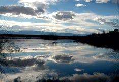 Reflexión en paisaje tranquilo de la paz de las montañas de Colorado del lago Foto de archivo