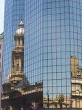 Reflexión en un edificio de cristal de la catedral metropolitana de foto de archivo libre de regalías