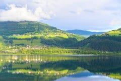 Reflexión en un lago en Voss, Noruega Fotos de archivo