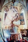 Reflexión fantasmal de la imagen de la Virgen María en iglesia Imágenes de archivo libres de regalías
