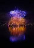 Reflexión grande de los fuegos artificiales del ` s Eve del Año Nuevo Fotos de archivo