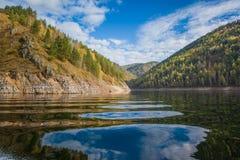 Reflexión hermosa de la naturaleza siberiana en el río Yeniséi Foto de archivo libre de regalías