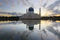 Reflexión hermosa de la salida del sol y de la mezquita en Sabah, Borneo Imagen de archivo