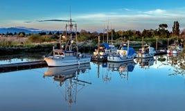 Reflexión hermosa de los barcos de pesca Fotos de archivo libres de regalías
