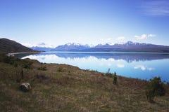Reflexión hermosa de montañas en el lago Pukaki, Nueva Zelanda Fotografía de archivo libre de regalías