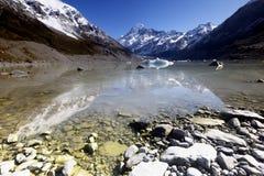 Reflexión hermosa de un pico de montaña Fotos de archivo