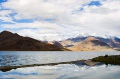 Reflexión hermosa del lago Pangong, Ladakh, la India Imagen de archivo