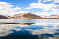 Reflexión hermosa del lago Pangong, Ladakh, la India Fotografía de archivo