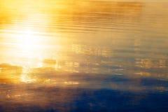 Reflexión hermosa del sol en abajo en niebla de oro de la mañana Fotografía de archivo libre de regalías