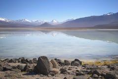 Reflexión hermosa en el lago de la montaña en Altiplano, Bolivia Fotografía de archivo libre de regalías