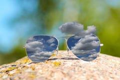 Reflexión lluviosa de las nubes en gafas de sol stock de ilustración