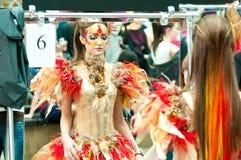 Reflexión modelo en el maquillaje creativo del espejo Imagenes de archivo