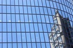 Reflexión moderna del edificio Foto de archivo libre de regalías