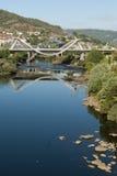 Reflexión moderna del puente y del agua Fotografía de archivo