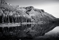 Reflexión monocromática de la montaña Fotos de archivo libres de regalías