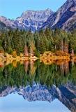 Reflexión Mt Chikamin Washington del lago gold Fotos de archivo libres de regalías