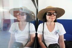 Reflexión: mujer sonriente con el sombrero de paja Foto de archivo
