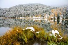 Reflexión Nevado en la charca de Sibbald Foto de archivo libre de regalías