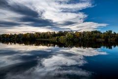 Reflexión o de las nubes un río foto de archivo