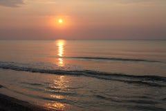 Reflexión pacífica del agua de la playa de la salida del sol Imagenes de archivo