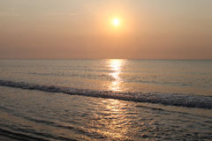 Reflexión pacífica del agua de la playa de la salida del sol Foto de archivo libre de regalías