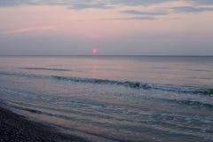Reflexión pacífica del agua de la playa de la salida del sol Fotos de archivo