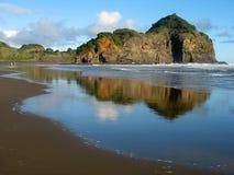 Reflexión, playa de Nueva Zelandia, Bethells. Fotos de archivo libres de regalías