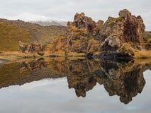 Reflexión que mira detrás de la playa del nssandur del ³ de Djúpalà al glaciar Fotografía de archivo libre de regalías