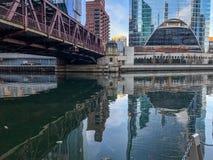 Reflexión que sorprende del puente y del paisaje urbano de Chicago sobre el río Chicago imagen de archivo