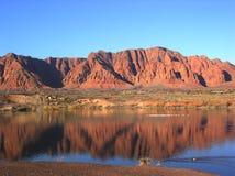Reflexión roja de la charca de la montaña fotos de archivo libres de regalías