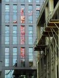 Reflexión roja de la grúa de horca imagen de archivo