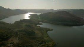 Reflexión soleada del agua en paisaje escénico de la montaña almacen de video