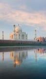 Reflexión Taj Mahal Sunrise Rear del río de Jamuna Imagen de archivo libre de regalías