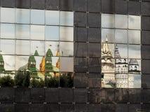 Reflexión torcida en el revestimiento del edificio del Izmail fotografía de archivo