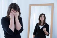 Reflexión verdadera en el espejo imagenes de archivo